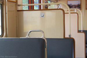 Jede Sitzbank ist mit zusätzlichen Haltegriffen ausgestattet.