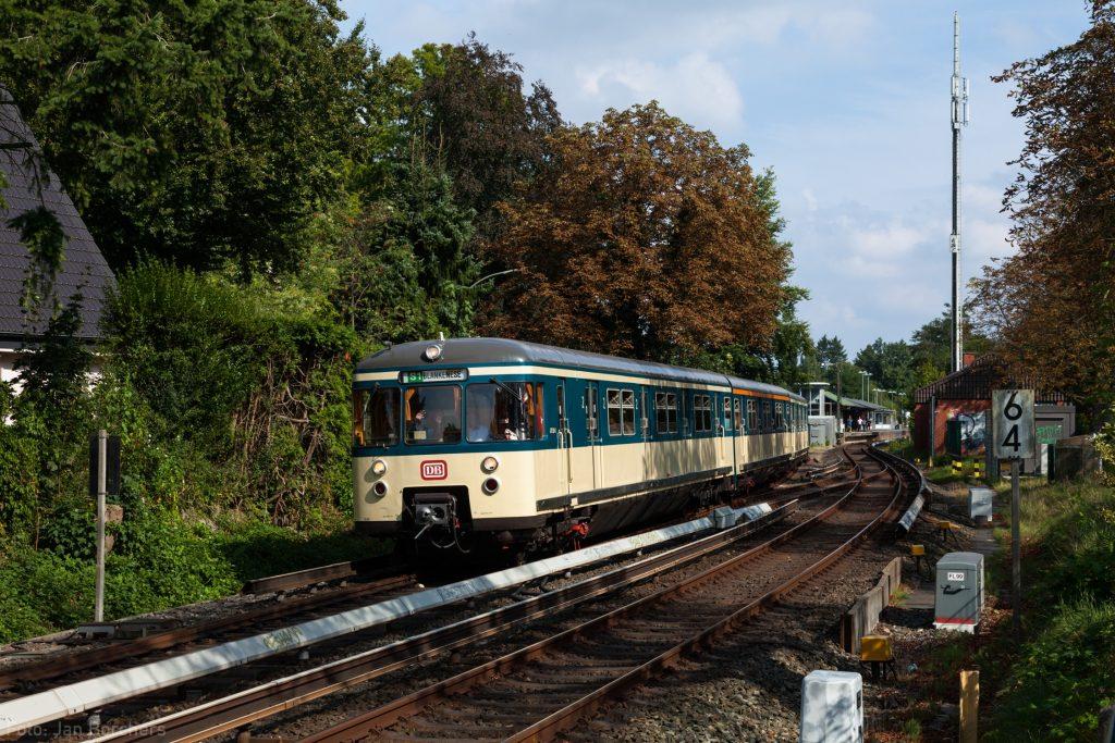 Am 11. September 2016 fuhr 470 128 anlässlich des Tags des offenen Denkmals zwischen Bergedorf und Blankenese zum HVV-Tarif. Hier verlässt der Zug den Bahnhof Klein Flottbek in Richtung Blankenese.