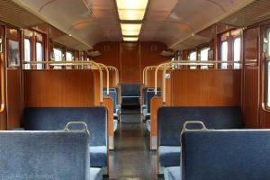Ein Blick durch den Mittelwagen des Zuges