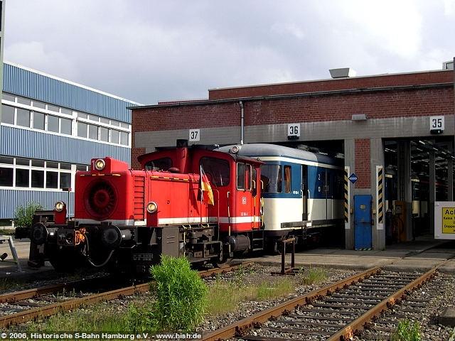 Letztmals verlässt der 470 128, gezogen von der WM-geschmückten Werklok 333 104, die Ohlsdorfer Hallen auf dem Weg zu seiner Abschiedsfahrt.