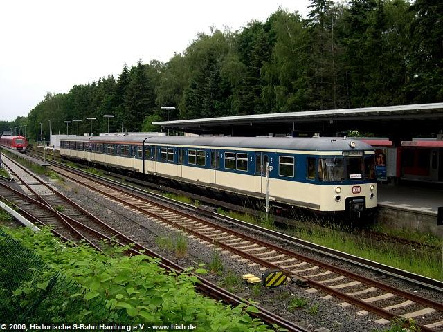 Der 470 128 steht in Poppenbüttel zum Einsteigen bereit.