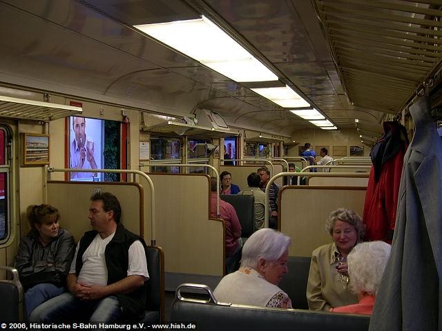 Rund 120 Fahrgäste jeglichen Alters genossen die vorerst letzte Fahrt des 470 128, alle Wagen des Zuges waren sehr gut gefüllt. Die Beleuchtung war während der Fahrt ausgeschaltet, so daß ein ungeblendeter Blick auf die abendliche Stadtkulisse möglich war.