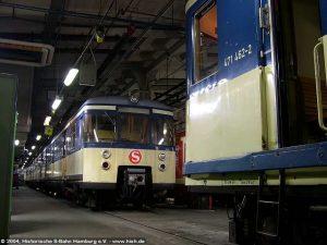 """Seit November 2004 befand sich der 470 128 im Werk Ohlsdorf, um dort wieder """"fit"""" gemacht zu werden, damit wir auch 2005&06 einen Zug für Sonderfahrten zur Verfügung haben. Am 8. Dezember 2004 steht der Zug hinter dem 471 462, der für seine letzte Fahrt aufgerüstet wird."""