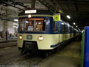 Bereits mit Abschiedsschild versehen, wird der 471 062 für seine letzte Fahrt vorbereitet.
