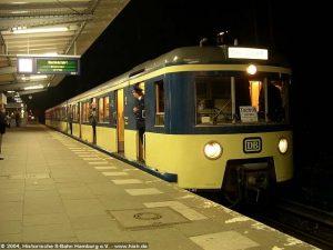 """Hier steht der 471 462 im Bahnhof Poppenbüttel zur Abfahrt nach Bergedorf bereit. Die Betriebsleitzentrale hat extra für die Abschiedsfahrt die Bahnsteiganzeige mit """"Abschiedsfahrt, Die letzte Fahrt des 471 062"""" programmiert. Herzlichen Dank!"""