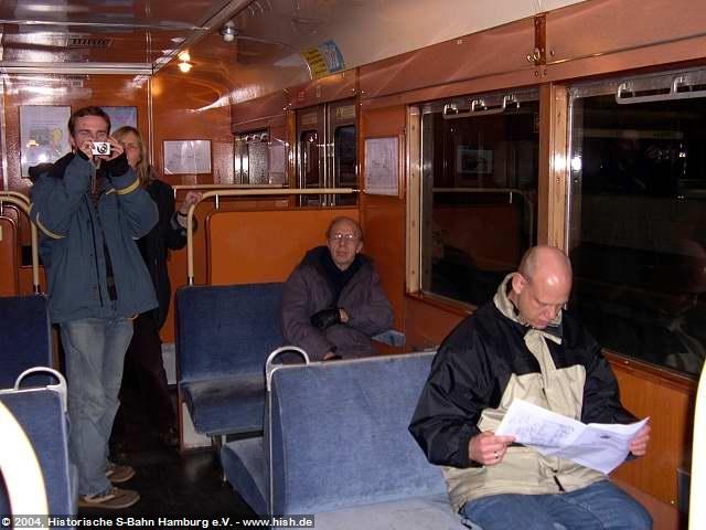Zahlreiche Fahrgäste nutzten die letzte Fahrt des 471 062 für Abschiedsfotos oder zum lesen im der Sonder-Broschüre zum Zug.