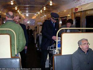 Die zum mobilen Souvenir-Verkaufsstand umgebaute Mini-Bar wurde während der Fahrt gerne genutzt.