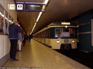 Endstation! Der 471 062 hat zwei Stunden vor seinem Fristablauf die Endhaltestelle Harburg-Rathaus erreicht und wird gleich ein letztes Mal die Haltestelle verlassen. Danke, 471 062!