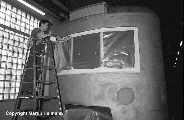Gute Vorbereitung ist alles. Nachdem der Triebwagen 471 482 per Sandstrahleinrichtung komplett von Lack und Rost befreit wurde, müssen alle Teile sorgfältig abgeklebt werden, die vom feinen Farbspritznebel verschont bleiben sollen.