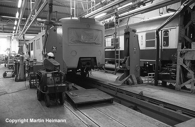 In der Schweißhalle geht es zur Sache. Neben dem Austausch einzelner Wandbleche wird auch die wichtigste Arbeit für einen langen Weiterbetrieb des Zuges vorgenommen: Die Verstärkung der Langträger des Wagenkastens.