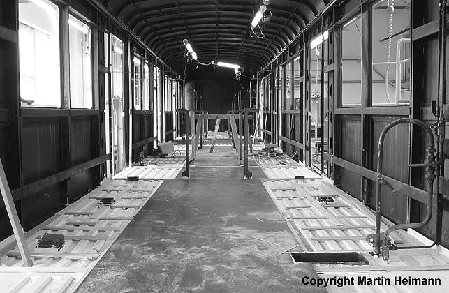 Nun kann auf den Trapezblechen der Holzfußboden verlegt werden. Im 471 182 ist der mittlere Bereich des Fußbodens bereits fertiggestellt.