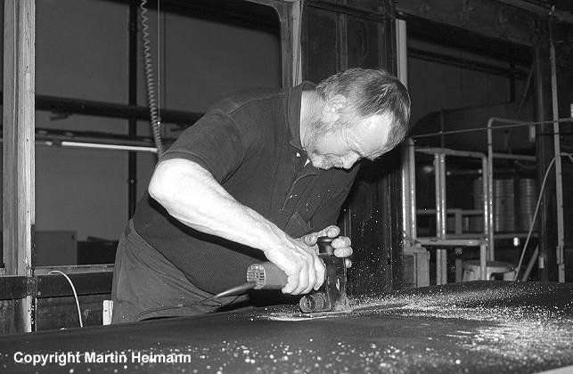 Beim Zuschnitt der seitlichen Fußbodenplatten sind auch die Aussparungen für die Heizungskanäle zu berücksichtigten. Dazu werden zunächst die Ecken ausgebohrt und danach die angezeichneten Flächen mit der Sticksäge ausgeschnitten.