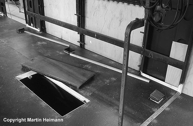 Im 471 482 sind die Arbeiten an den Fußbodenplatten abgeschlossen und die vorbereiteten Holzleisten unter den Fenstern warten auf ihren Einbau, ...