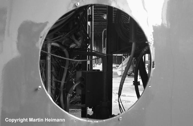 """Ein ungewöhnlicher """"Rund-""""Blick durch die Lampenöffnungen der Frontpartie in den Innenraum von 471 482."""