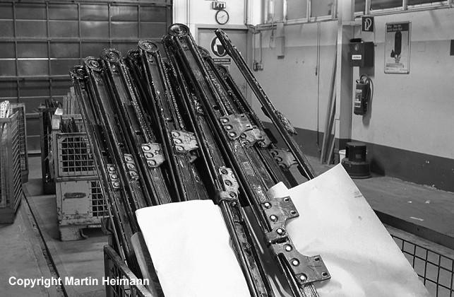 Teile der Türmechanik warten fertig aufgearbeitet in Gitterboxen auf ihren Einbau.