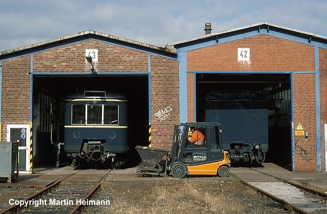 Alte Wagen schauen in neuem, strahlend blauen Lack aus den Werkstatthallen in Ohlsdorf. Das gab es seit 1974 nach Einführung des neuen DB-Anstriches ozeanblau/beige bei der S-Bahn nicht mehr.