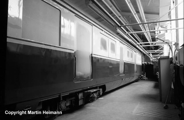 Mittelwagen 871 074 in den Hallen der Blechwerkstatt. Gut zu erkennen sind die für den Transport und die Lackierarbeiten in die Fenster und Türen eingesetzten Holzplatten.