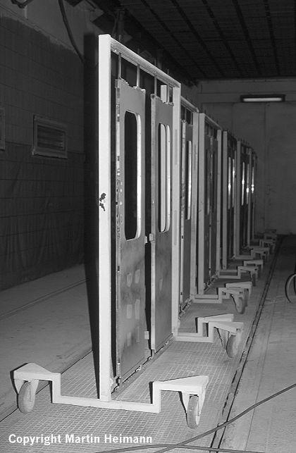 Um ein sauberes Ergebnis zu erzielen, werden die Türen zum Lackieren in spezielle Gestelle eingehängt, die eine Bearbeitung sehr erleichtern.