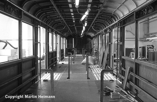 Nach dem Entrosten und Anbringen des Schutzanstriches auf den Trapezblechen des Wagenbodens ist auch hier bis auf den Linoleumbelag der Fußboden komplett verlegt.