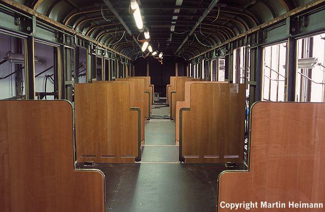 Die halbhohen Trennwände aus edlem, hochglanzpolierten Birnbaumfurnier geben dem künftigen 1. Klasse-Wagen EM 171 082 schon jetzt eine besondere Note.