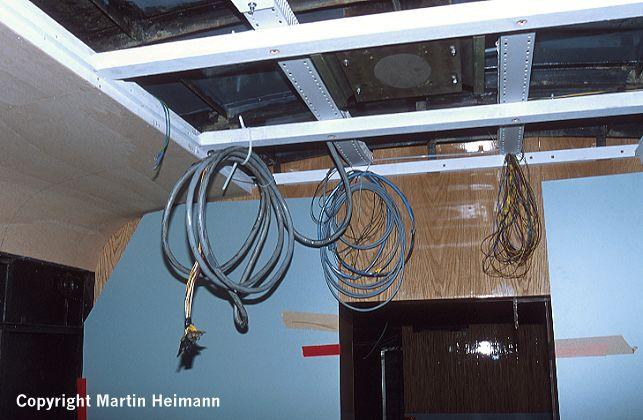 Oberer Bereich der nun eingebauten Trennwand zwischen Traglasten- und Raucher-Abteil und Teile der Deckenverkleidung im Wagen 471 182.