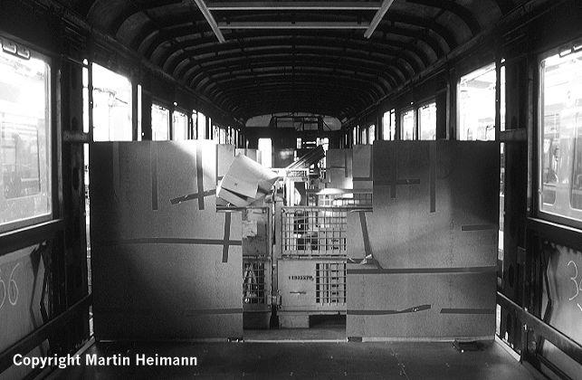 Der Wagen 471 482 hat Anfang 2002 seine halbhohen Trennwände im Bereich der Einstiege erhalten. Vom edlen, hochglanzpolierten Holzfurnier ist allerdings nur wenig zu sehen, da es zum Schutz vor Beschädigung mit Pappe abgedeckt wurde.