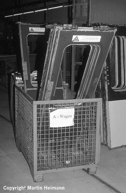 In Gitterboxen stehen die ausgebauten Türblätter zur Aufarbeitung bereit.