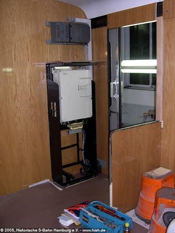 Der Einbau der PZB90 konnte Ende Oktober 2005 im ET171 082b abgeschlossen werden. Der Geräteschrank im Traglastenabteil wird noch mit Holz verkleidet.