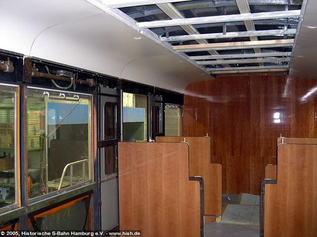 Im November 2005 begann auch der Innenausbau des EM171 082, wobei hier zunächst die Wagendecke eingezogen wird, damit die elektrischen Arbeiten am Zug fertiggestellt werden können.