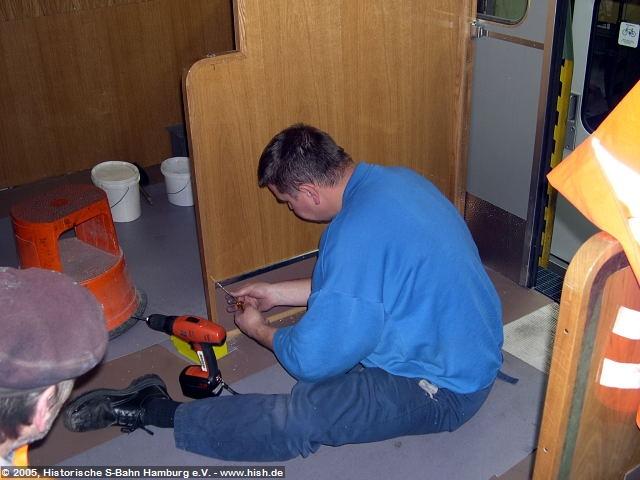 Feinarbeit ist auch gefragt, wenn die Schutzbeläge an den Trennwänden montiert werden.