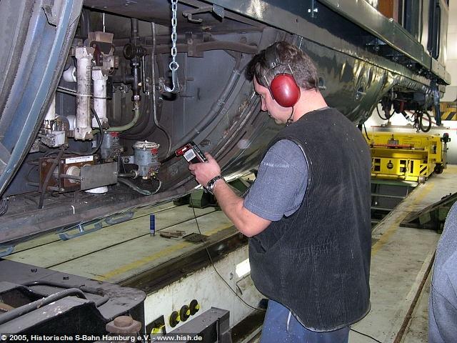 """Nachdem die Wandverkleidungen im ET171 082b montiert sind, wird am Triebwagen die Luftanlage geprüft und instandgesetzt. Hierbei hilft ein """"Hörgerät"""", Undichtigkeiten an Verschraubungen etc. aufzusprüren. Die klassische Methode mit Seifenwasser hat ausgedient..."""