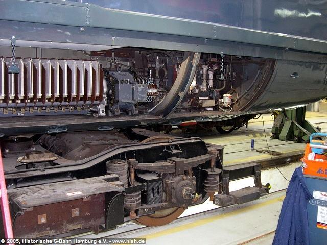 Hier ein Blick in die Bodenwanne mit dem voluminösen Schaltwerk. Rechts der Schaltwerksmotor, links anschließend die Funkenkamine des Schaltwerks für die Fahrstufen.