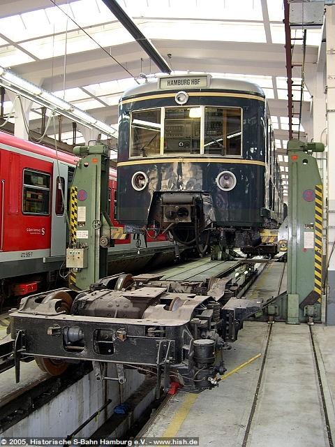 Der ET171 082a ist zur Konservierung des Unterbodens aufgebockt, während am ET171 082b die Luftanlage instandgesetzt wird. Der Triebwagen ist entsprechend von den Drehgestellen gehoben, ein Blick zu den Fahrmotoren wird frei.