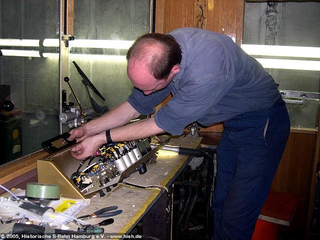 Nachdem der Führerstand im ET171 082b bereits weitgehend fertiggstellt ist, muß der des ET171 082a im November 2005 noch ausgerüstet werden. Hier werden gerade die Instrumente und Schaltelemente verdrahtet.