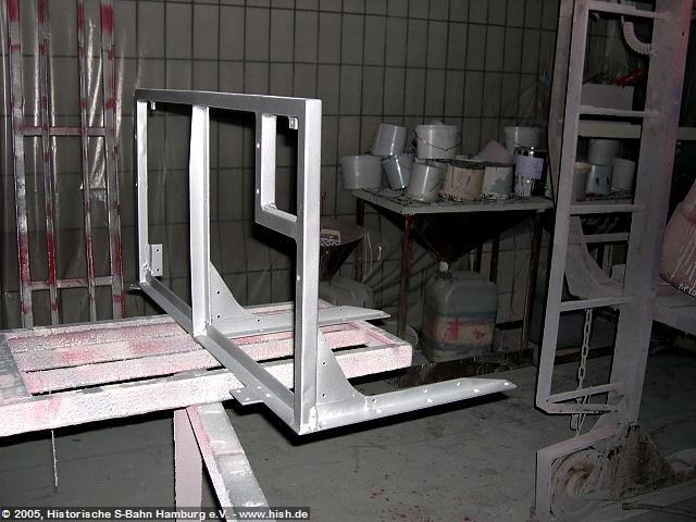 Nachdem in den ET171 082a und b die Innenwände weitgehend eingbaut sind, ist die nächste anstehende Arbeit die Montage der Sitzgestelle. Diese müssen von den jahrezehnte alten Gebrauchsspuren befreit werden. Hier ist ein Sitzgestell vor der Fertigstellung. Es liegt dabei auf der Seite der späteren Rückenlehne.