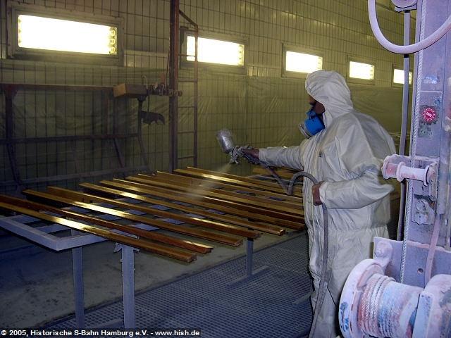 Die Holzteile werden weitgehend direkt im Werk Ohlsdorf gefertigt. Nach Zuschnitt müssen sie mehrfach lackiert, abgeschliffen und erneut lackiert werden um eine möglichst ebene Fläche zu erreichen. Eine mühselige Arbeit. Hier werden Türleisten lackiert.