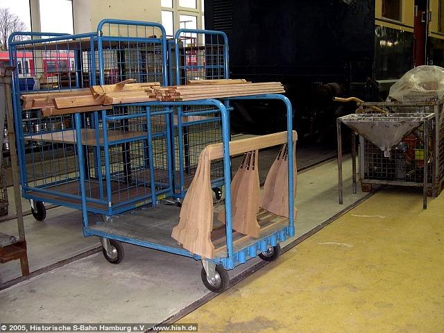 Hier liegen bereits drei Rücklehnen zur Lackierung bereit. Auch diese müssen mehrfach angeschliffen und lackiert werden, ehe sie eingebaut werden können.