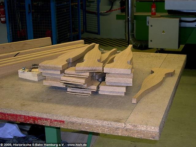 Wieviel Mühe in der Fertigung der einzelnen Stücke leigt, ist hier zu sehen, wo die einzelnen Bauteile der Rückenlehnen frisch gesägt zur weiteren Verarbeitung bereitliegen.