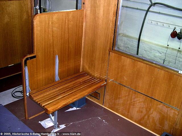 Einen kleinen Eindruck vom Eindruck der späteren Holzbankinneneinrichtung erlaubt diese probeweise erfolgter Auflage einer fertigen Sitzbank. Bis zur endgültigen Montage ist es aber noch etwas hin, müssen doch erst alle Sitzbankteile fertiggestellt sein.