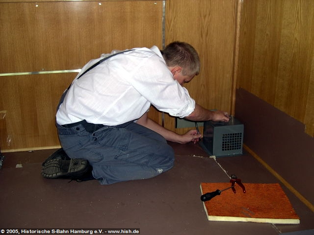 Die Heizung der Fahrgasträume wird über unter dem Wagen verlaufende Heizkanäle realisiert. Diverse Öffnungen ermöglichen den Austritt der erwärmten Luft. Die Schutzkästen der Austrittsöffnungen wurden natürlich ebenfalls gründlich aufgearbeitet und müssen nun auf dem Fußboden neu befestigt werden.