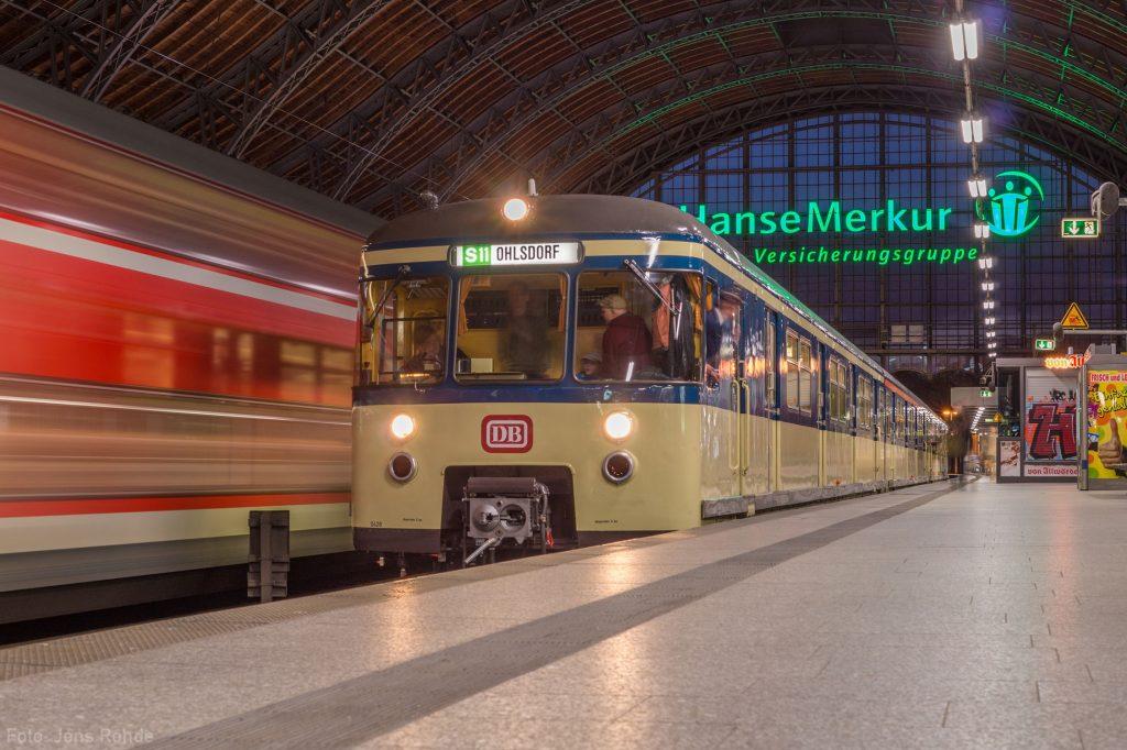 Später am Abend legt unser Traditionszug noch einen Zwischenhalt im Bahnhof Dammtor ein.