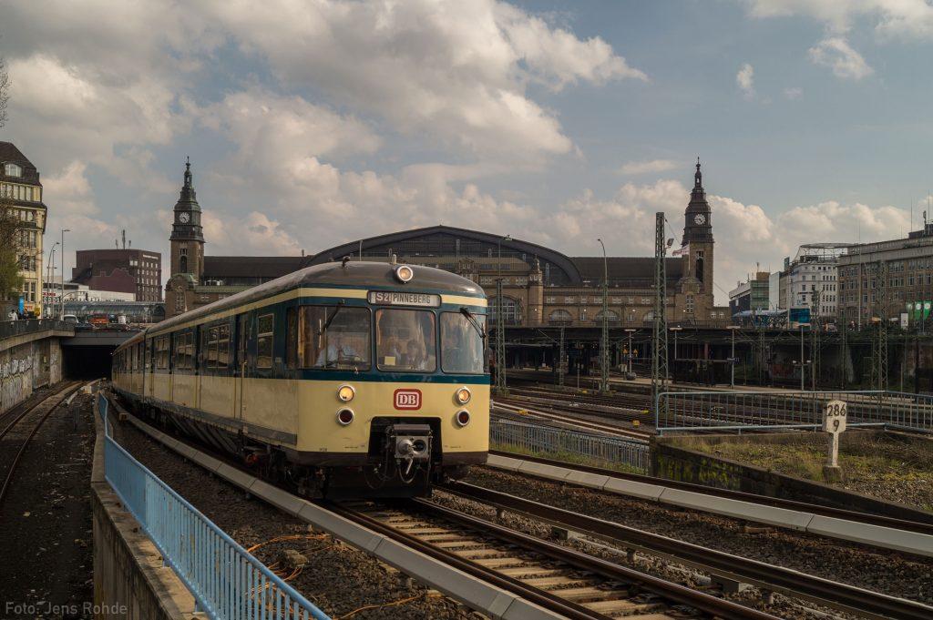 Auf unserer Frühlingstour am 16. April fährt unser Traditionszug aus dem Hamburger Hauptbahnhof aus, bis zum Fahrplanwechsel 2003 verkehrte die S21 in der Hauptverkehrszeit planmäßig weiter bis Pinneberg.