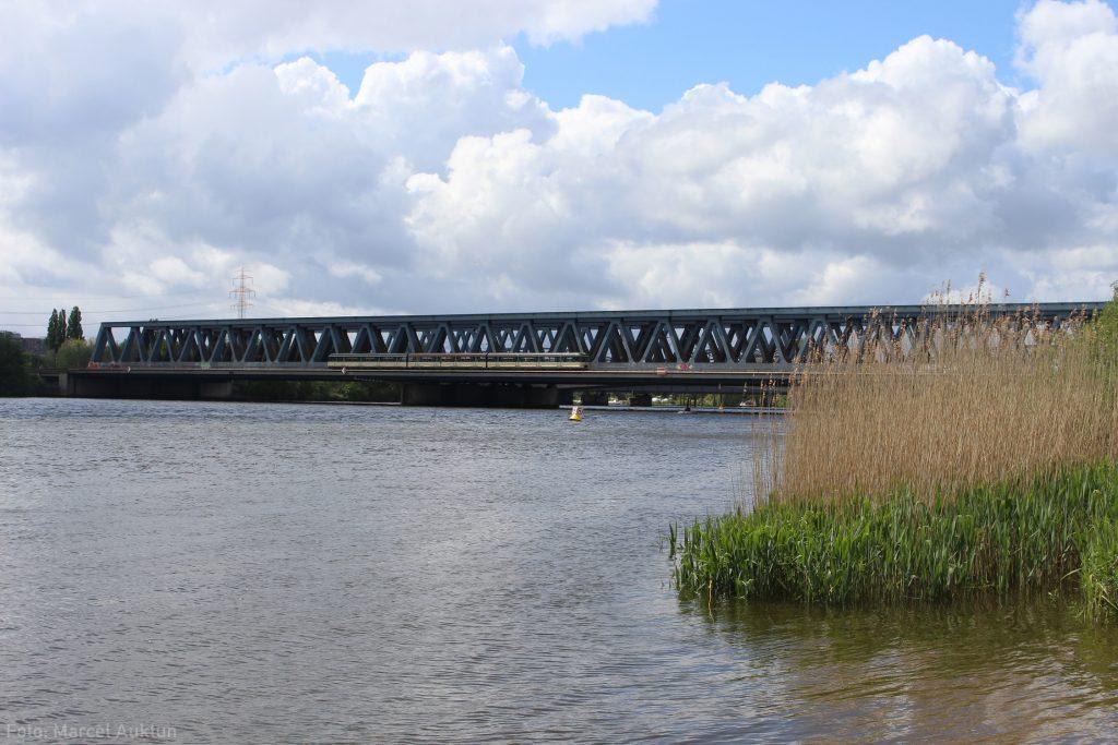 Geradezu winzig wirkt unser Traditionszug als er auf der Rückfahrt von Neugraben die Süderelbbrücken passiert.