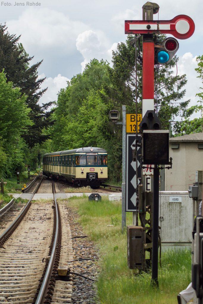 Unser Traditionszug erreicht auf der Stadtrundfahrt von Wedel kommend den Bahnhof Sülldorf.