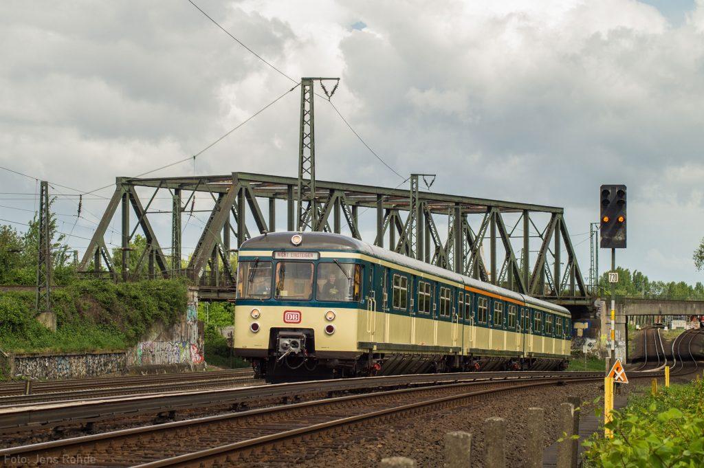 Auf unserer Stadtrundfahrt am 15. Mai 2016 befuhren wir wie jedes Jahr das komplette Netz der Hamburger Gleichstrom S-Bahn, so kam der 470 128 wieder in seine klassischen Einsatzgebiete wie hier auf die S3 kurz hinter Veddel. In den letzten 20 Jahren hat sich die Szenerie hier praktisch nicht verändert.