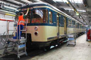 Auch von außen wird der Zug auf Vordermann gebracht, ehe die Front beklebt wird.