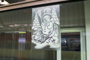 Währenddessen sind im Zug schon diverse Fensterbilder verklebt worden.