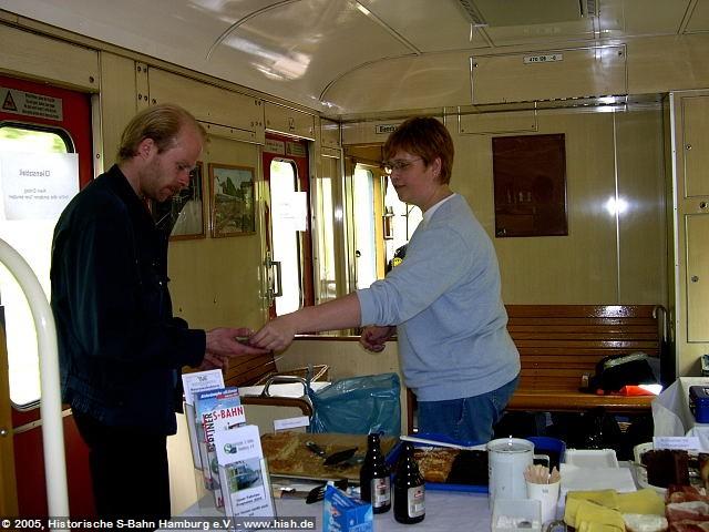 Derweil läuft im Zug die Gastronomie auf Hochtouren, wo Ilka Borchers, eine unserer Kuchenfeen, unsere Reisenden mit leckeren Brötchen, Getränken und Kuchen versorgt.