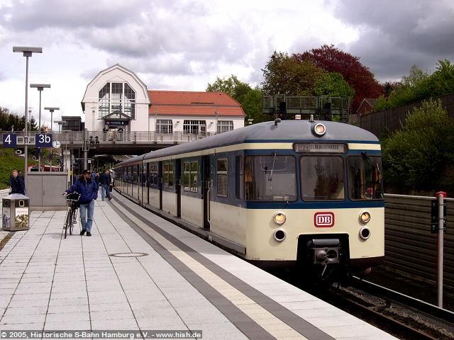 Hier hat sich die Szenerie radikal verändert: Bei seinem letzten Besuch war Aumühle noch ein verträumter Bahnhof am Rande Hamburgs, heute rauschen hinter den Lärmschutzwänden ICE und IC-Züge mit 200km/h durch.