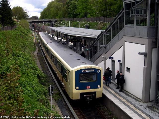 Während unserer Pause wendete im Bahnhof Aumühle einer der beiden letzten 472 in alter Farbgebung. Entsprechend wurde der Zug sofort zum absoluten Fotomotiv.